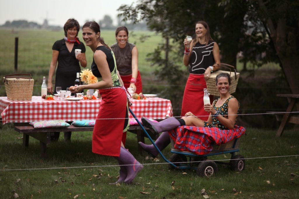 Zusjes Nell in de weer met een picknick